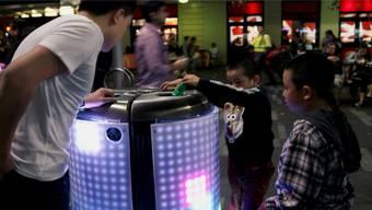Der Abfalleimer TetraBIN in Sydney ist mit einem Display ummantelt, welches Motive aus dem Videospiel Tetris anzeigt, sobald man Müll hineinwirft.