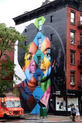 Die Wandmalerei in New York zeigt ein gespaltenes Gesicht von Michael Jackson – als Bub und als Mann. Weitere in Verruf geratene Künstler finden Sie in der Bildergalerie.