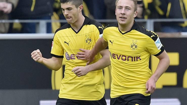 Christian Pulisic (links) wird nach seinem Premieren-Treffer von Felix Passlack beglückwünscht