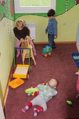 Die wartenden Kinder vergnügen sich im Spielzimmer.