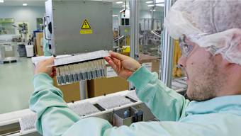 Prüfender Blick: Ein Novartis-Mitarbeiter 2013 im Werk Stein bei der Arbeit.
