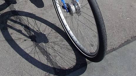 Die verletzte Radfahrerin musste sich einer Notoperation unterziehen - der Fahrer, der in den Unfall verwickelt war, war ohne zu helfen geflohen.