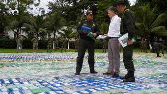 Kolumbiens Präsident Juan Manuel Santos begutachtet einen Kokain-Fund von nicht weniger als 13,4 Tonnen.