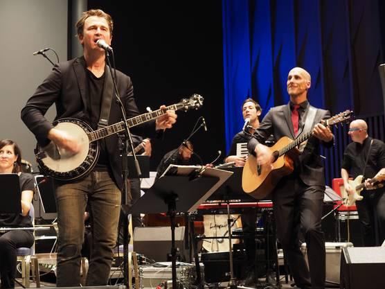 Conférencier Michael Sokoll (rechts) griff beim Konzert selbst in die Saiten, um Gustav zu begleiten