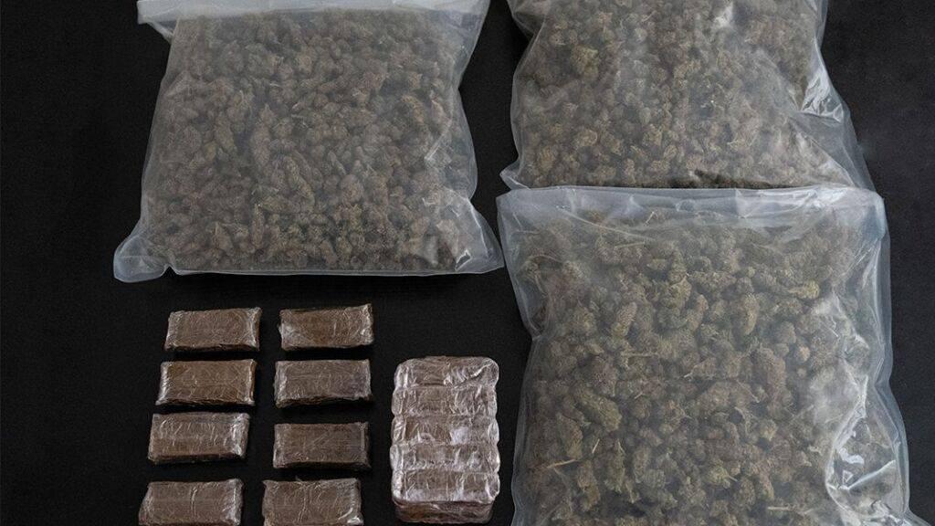 Von der Kantonspolizei Wallis beschlagnahmte Drogen. Das Netzwerk hatte seit 2018 im Mittelwallis rund 100 Kilo Cannabisprodukte verkauft.