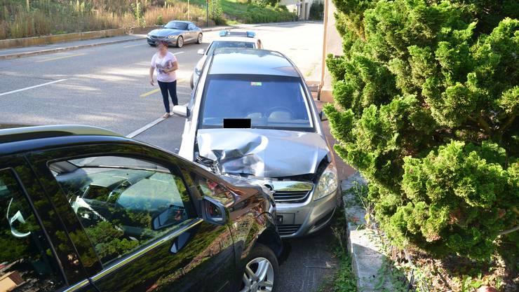 Ein 65-jähriger Autolenker hat am Donnerstagnachmittag in Buckten die Kontrolle über sein Fahrzeug verloren. In der Folge streifte er eine Gartenmauer und fuhr frontal in ein parkiertes Auto. Die Sanität brachte den verletzten Mann ins Spital.