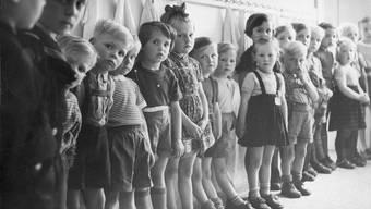 Schulkinder in einem Hort in der Mitte des letzten Jahrhunderts