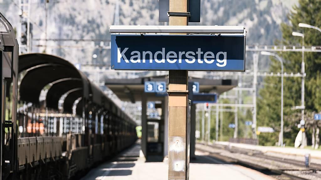 Am Lötschberg müssen die Züge wieder über die Bergstrecke fahren – also via Kandersteg. (Archivbild)