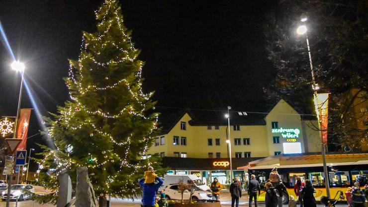 Zentrumsplatz Birmensdorf: Der Weihnachtsbaum leuchtet trotz Corona.