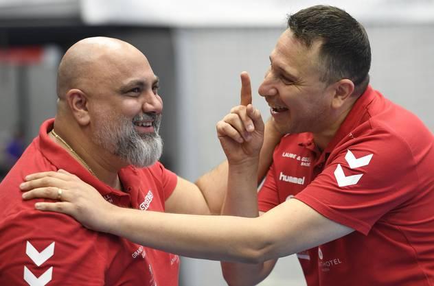 TVE-Teammanager Arak Kin (l.) betätigte sich vor dem Sieg seiner Mannschaft als Orakel.