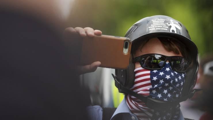 """Ein weisser Nationalist an der Demonstration der Rechtsextremisten """"Vereint die Rechte 2"""" (""""Unite the Right 2"""") auf dem Weg vor das Weisse Haus in Washington."""