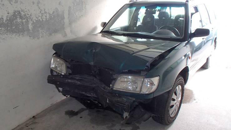 Eine Autofahrerin kollidierte in Reinach mit einer Mauer und fuhr davon.
