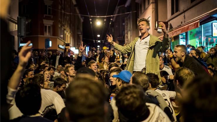 Epizentrum des Ausgangslärms. Fussballfans feiern lautstark an der Langstrasse.
