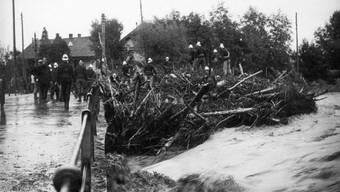 Halsbrecherischer Einsatz: Die Biberister Feuerwehr auf der Emmebrücke bei Räumarbeiten während des Hochwassers von 1910.