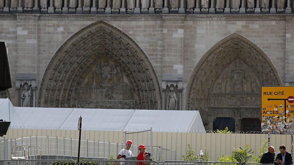 Arbeiter am Dienstag beim Aufbauen von Zäunen, die den Zutritt zu einem ersten Bereich vor der Kathedrale versperren.