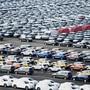 VW will in Deutschland wegen der Umstellung auf die Elektroauto-Produktion bis zu 7000 Stellen streichen. Im Bild versandfertige Autos am VW-Produktionsstandort Emden. (Archivbild)