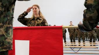 Immer mehr Frauen interessieren sich für die Spitzensport-RS: Mountainbike-Weltcupsiegerin Jolanda Neff salutierte 2013 in der Schweizer Armee.