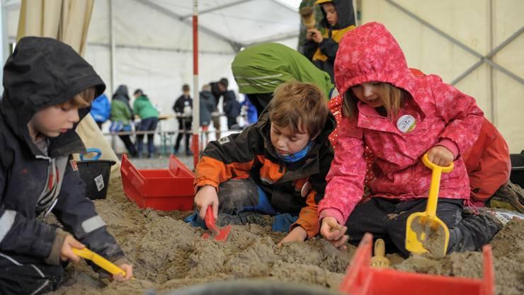 Die kleinen Archäologen können im Rahmen des Ferienpasses erste Erfahrungen beim Ausgraben sammeln.