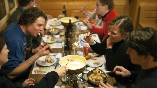 Fondue-Essen in einem Restaurant bei Engelberg (Archiv)