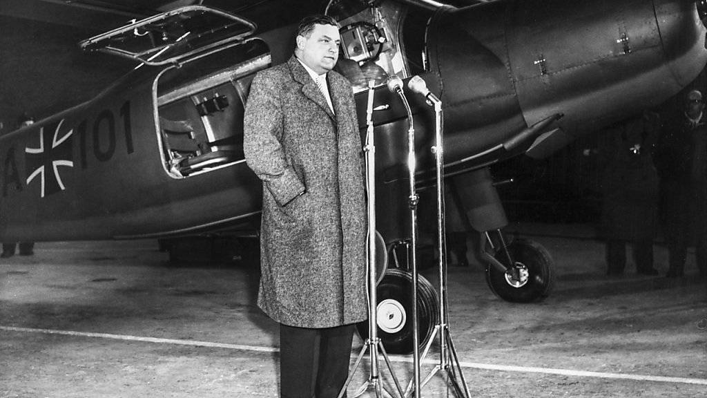 Franz Josef Strauss, damals Verteidigungsminister, bei einem Auftritt am 22. Januar 1957 zur ersten Fertigstellung eines in Deutschland produzierten Flugzeuges für die Bundeswehr. (Archiv)