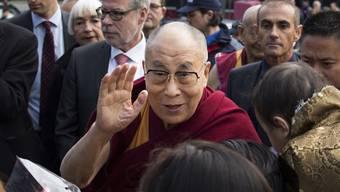 Die tibetische Gemeinschaft empfängt den Dalai Lama in Bern.