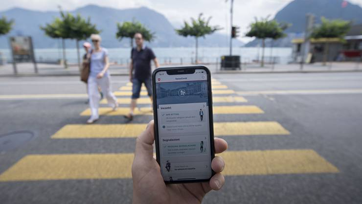 Eine Person nutzt die SwissCovid-Contact-Tracing-App auf ihrem Smartphone.
