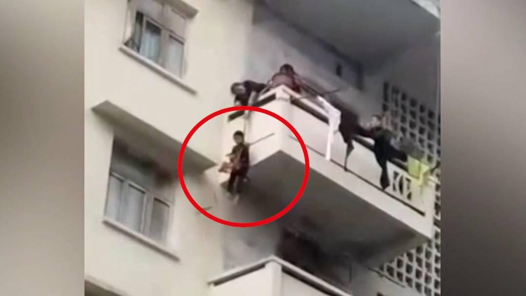 Unverantwortliche Oma: 7-Jähriger baumelt 25 Meter über Abgrund