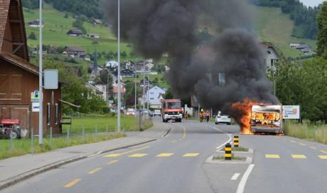 Wohnwagen gerät auf Autobahn A2 in Brand