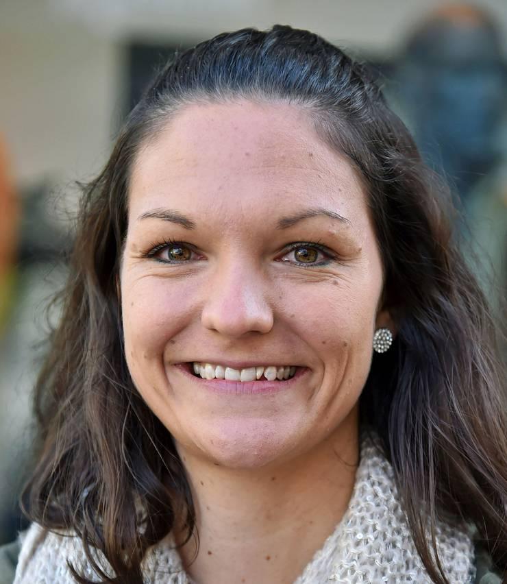Katharina Vasi, 28, aus Aarburg hat die Unterlagen erst diese Woche gesehen, wird aber noch wählen: «Momentan gibt es keine grösseren Probleme. Ich bin Lehrerin an einer Primarschule, weshalb mir Bildung sehr wichtig ist. Ich werde die FDP wählen.» (pl)
