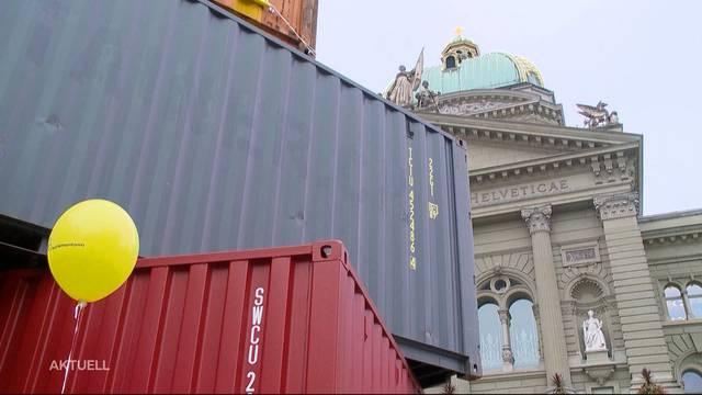 18 Frachtcontainer auf dem Bundesplatz