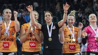 Sarah Trösch (2. von rechts) nach dem Sieg im Cupfinal mit Neuenburg gegen Sm'Aesch Pfeffingen.