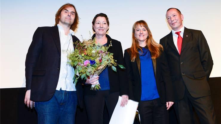 Vergabe des «Prix d'honneur» (v.l.): Filmer Thomas Imbach (Laudator), Martine Felber (Preisträgerin), Seraina Rohrer (Direktorin Filmtage) und Hardy Jäggi, Gemeindepräsident von Recherswil und als Vertreter der Wasserämter Gemeinden.