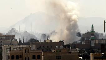 Über Jemens Hauptstadt Sanaa steigt nach einem Luftangriff Rauch auf. (Archiv)