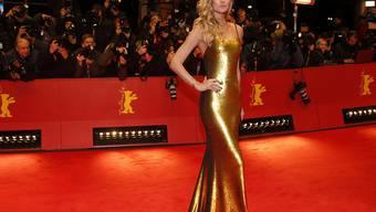 Wer schön sein will, muss leiden: An der Berlinale-Eröffnung fror Model Toni Garrn - dafür sah sie gut aus in ihrer goldenen Robe.