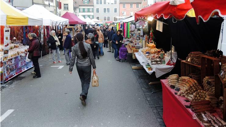 Buntes Treiben am Brugger Martinimarkt: Auf der Hauptstrasse gibt es für die Besucher viel zu entdecken.