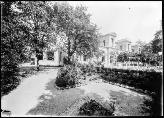 Der Badener Kursaal, das heutige Grand Casino, hatte von Anfang an stets eine Gartenwirtschaft. Eine Aufnahme nach 1932.