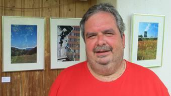 Der Organisator Rolf Vogt zeigt sich vor seinen «zerrissenen Werken»