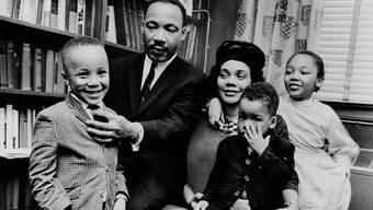 Martin Luther King III (links) als Fünfjähriger mit seinem berühmten Vater, dem gleichnamigen Bürgerrechtlers aus Alabama, Mutter Coretta, seinem Bruder Dexter (2) und seiner Schwester Yolanda (7).