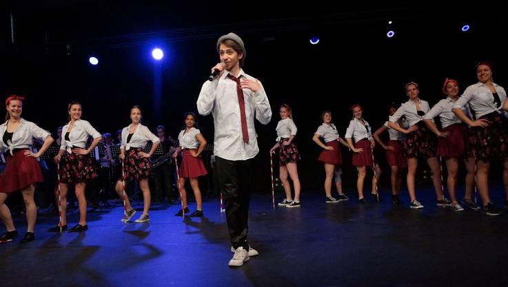 """Das Freifach Tanz performt zur Live Musik von """"Candyman""""."""