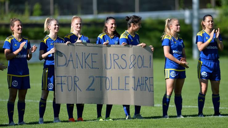 Die Derendingerinnen überraschten ihr Trainerduo vor dem letzten Spiel mit ein paar schönen Worten zum Abschied.