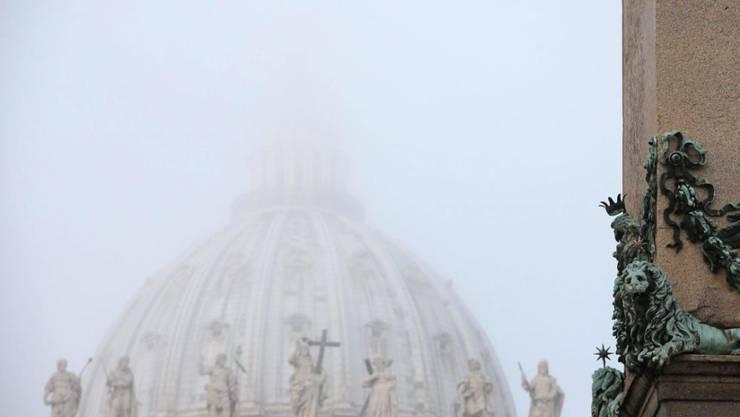 Die Kuppel des Petersdoms im Vatikan im Morgennebel