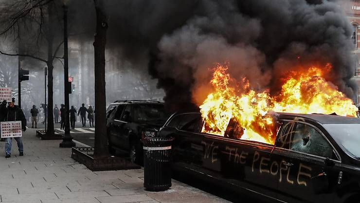 Anti-Trump-Demonstranten zündeten unter anderem auch Autos an.