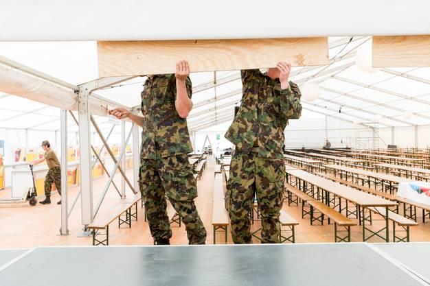 WK-Soldaten bei Aufbauarbeiten für das Aargauer Kantonalschwingfest, am 4. Mai 2017 in Brugg. Das 111. Aargauer Kantonalschwingfest findet am 7. Mai im Schachen in Brugg statt.