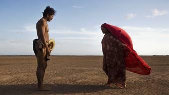 Rapayet (José Acosta) und Zaida (Natalia Reyes) bezirzen sich: Doch die farbenprächtigen Rituale des Wayúu-Stamms fallen in «Birds of Passage» bald dem aufblühenden Drogenhandel zum Opfer.