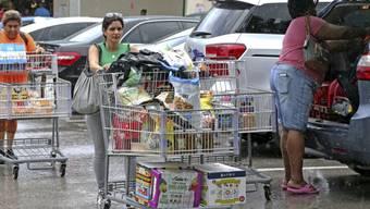 """In den USA bereiten sich die Menschen am Freitag (Ortszeit) mit Hamsterkäufen auf die Ankunft von Hurrikan """"Dorian"""" vor."""