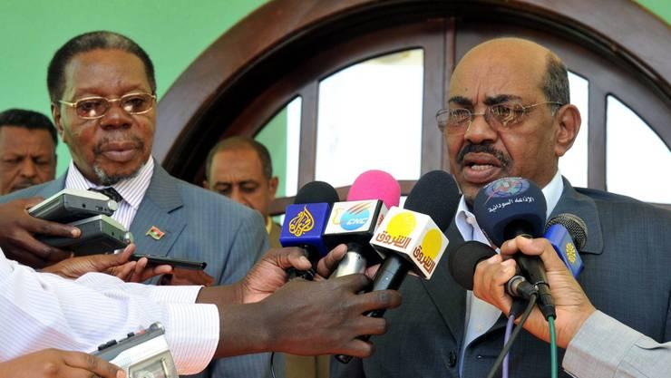 Sudans Präsident Omar Hassan al-Bashir greift gegen Demonstranten durch.