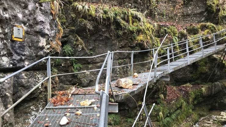 Die Situation nach dem Felssturz Mitte März: Das betroffene Wegstück muss nun auf die andere Schluchtseite verlegt werden.