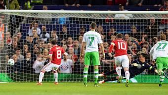 Diego Benaglio im Tor der Wolfsburger VW-Werkself hat das Nachsehen. Sein Team verliert mit 2:1 gegen Manchester United.