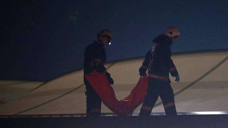 Feuerwehrmänner tragen einen Leichensack auf dem Dach des Fussballstadions in Istanbul: Bei einer Explosion starben mehrere Menschen.