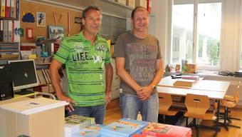 Die Schulbücher liegen bereit. Stephan Saner (links) und Daniel Stephani in Saners Schulzimmer im Schulhaus Zentrum.at.